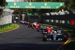 Lewis Hamilton, Mercedes AMG F1 W08, devant Sebastian Vettel, Ferrari SF70H, Valtteri Bottas, Mercedes AMG F1 W08, Kimi Raikkonen, Ferrari SF70H, Max Verstappen, Red Bull Racing RB13
