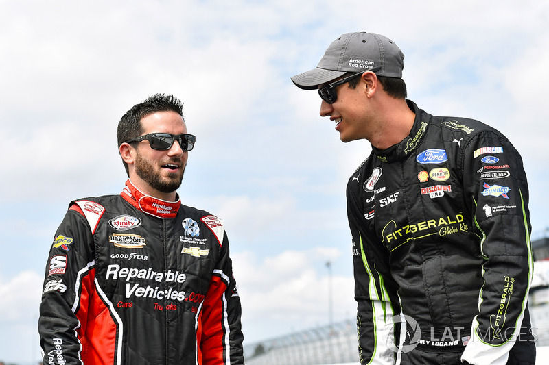Joey Logano, Team Penske Ford y Joey Gase, Jimmy Means Racing Chevrolet