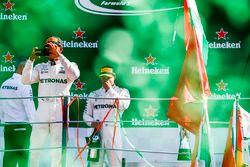 Podium: Sieger Lewis Hamilton, Mercedes AMG F1, fotografiert die Fans