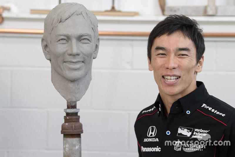 Pemenang Indy500 2017, Takuma Sato, dengan relief wajahnya
