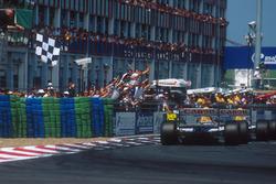 Alain Prost, Williams FW15C Renault conquista la vittoria davanti a Damon Hill, Williams FW15C Renau