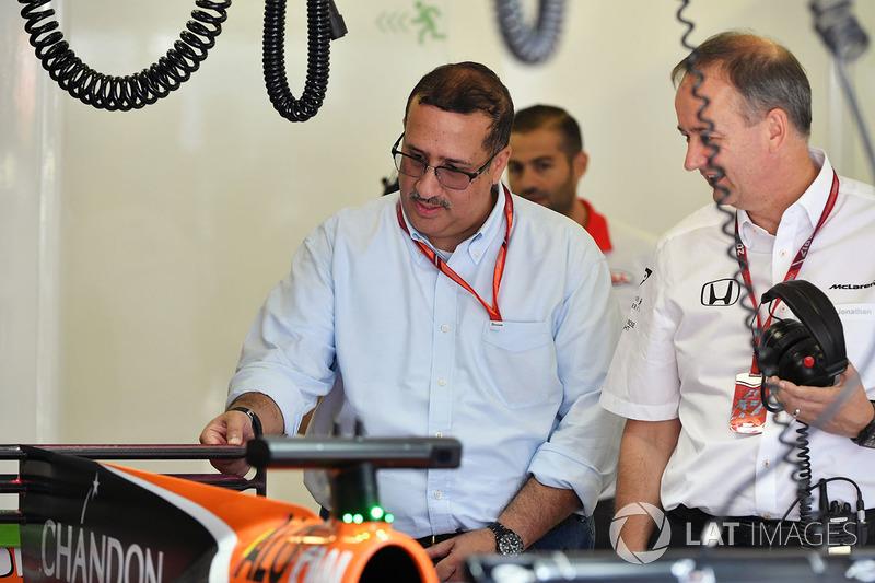 El Jeque Mohammed bin Essa Al Khalifa, Director Ejecutivo de la Junta de desarrollo económico de Bahrein y accionista de McLaren y Jonathan Neale, Director Gerente de McLaren