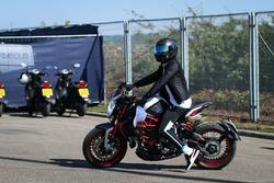 Гонщик Mercedes AMG F1 Льюис Хэмилтон на мотоцикле MV Agusta Dragster RR LH44 Limited Edition