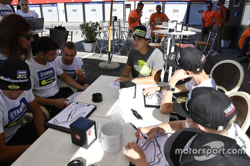 Франческо Багная пояснює учасникам четвертого Yamaha VR46 Master Camp особливості їзди по трасі Мізано