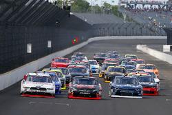 Джой Логано, Team Penske Ford, Кайл Буш, Joe Gibbs Racing Toyota и Бреннан Пул, Chip Ganassi Racing