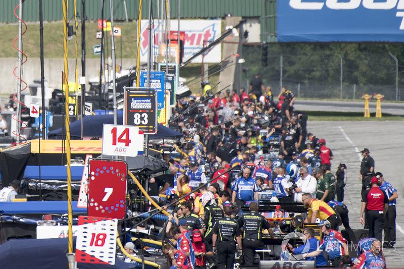 Carlos Munoz, A.J. Foyt Enterprises Chevrolet, Charlie Kimball, Chip Ganassi Racing Honda pit lane, atmosphere