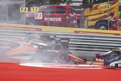 Kollision: Daniil Kvyat, Scuderia Toro Rosso STR12; Fernando Alonso, McLaren MCL32