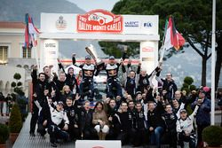 Racewinnaars Sébastien Ogier, Julien Ingrassia, M-Sport en derde plaats Ott Tänak, Martin Järveoja,