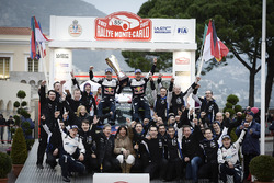 Les vainqueurs Sébastien Ogier, Julien Ingrassia, M-Sport et les troisièmes, Ott Tänak, Martin Järveoja, M-Sport, fêtent le résultat avec l'équipe