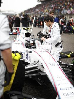 Lance Stroll, Williams FW40, on the grid