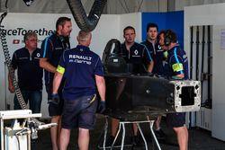 Il team Renault e.Dams prepara una scocca di ricambio dopo l'incidente di Sébastien Buemi, Renault e