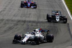 Lance Stroll, Williams FW40, Kevin Magnussen, Haas F1 Team VF-17, Daniil Kvyat, Scuderia Toro Rosso