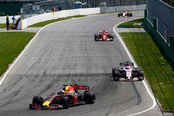 Daniel Ricciardo, Red Bull Racing RB13, Sergio Perez, Sahara Force India F1 VJM10, Kimi Raikkonen, F