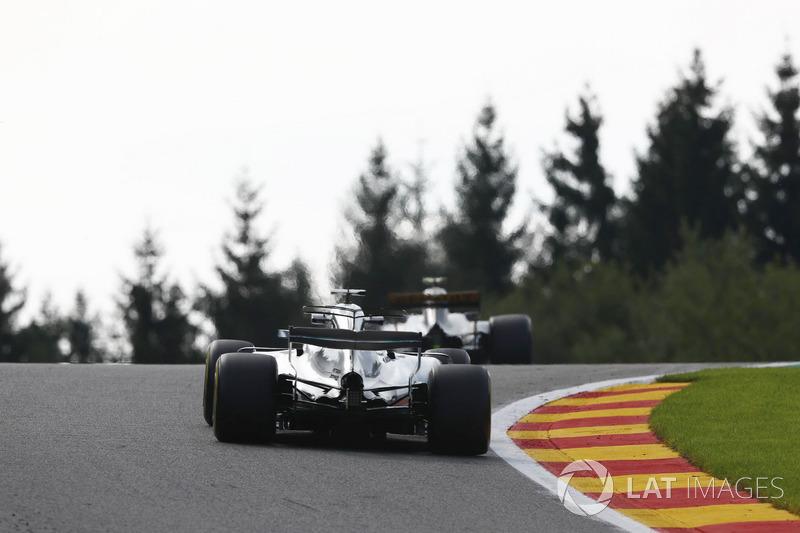 Lewis Hamilton, Mercedes AMG F1 W08, segue Jolyon Palmer, Renault Sport F1 Team RS17