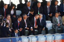Sean Bratches, directeur des opérations commerciales du Formula One Group, le Premier Ministre russe Dimitry Medvedev, Chase Carey, directeur exécutif du Formula One Group, le président russe Vladimir Poutine et Bernie Ecclestone