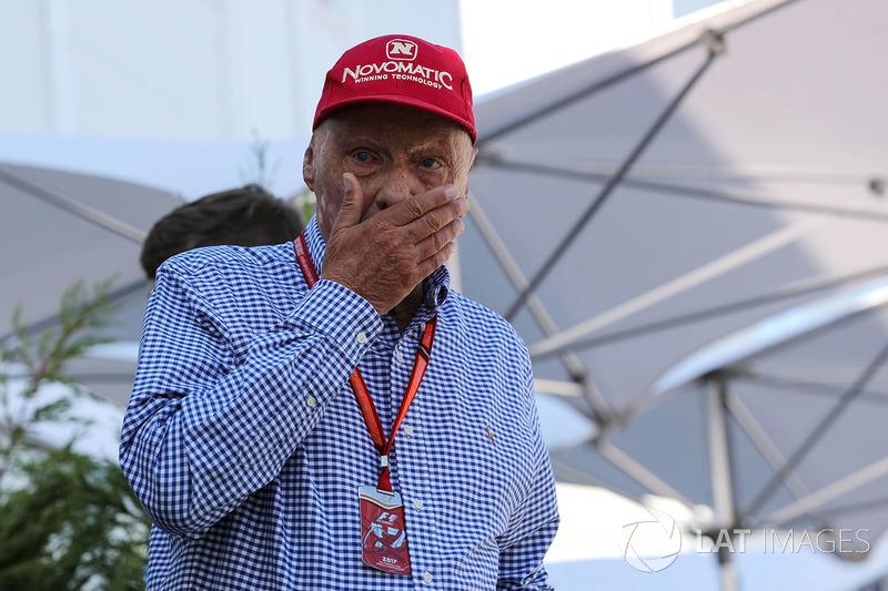 """Já Niki Lauda, diretor não-executivo da Mercedes, criticou Vettel: """"Estamos na F1 ou no Coliseu? Se estamos no Coliseu, basta dizer. Aí poderemos seguir com isso."""""""