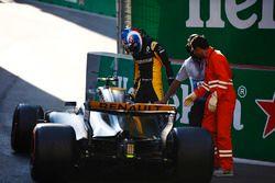 Nach Crash: Jolyon Palmer, Renault Sport F1 Team, steigt aus dem Auto aus