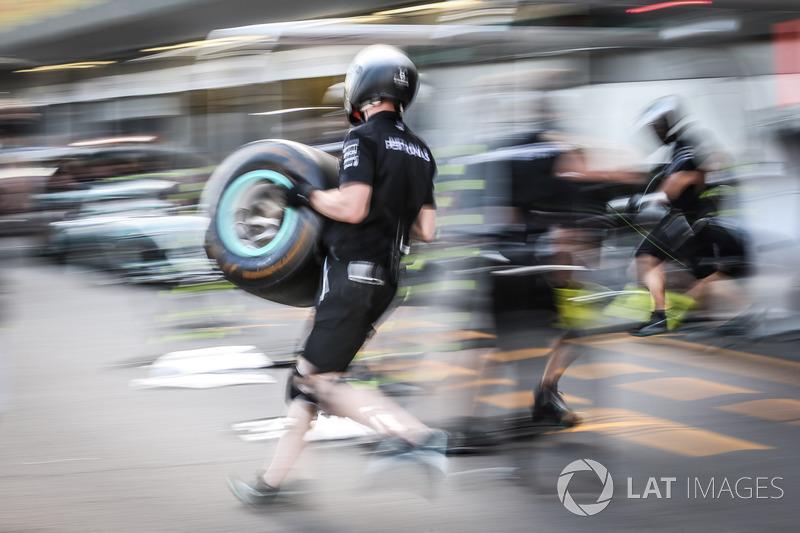 Meccanici Mercedes AMG F1, prova di pit stop