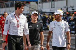 Toto Wolff, Mercedes, Motorsportchef; Valtteri Bottas, Mercedes AMG F1; Lewis Hamilton, Mercedes AMG