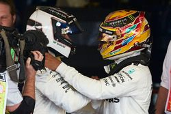 Lewis Hamilton, Mercedes AMG F1, feliciteert Race winnaar Valtteri Bottas, Mercedes AMG F1