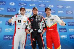 Trophy Podium: le premier Rob Huff, All-Inkl Motorsport, Citroën C-Elysée WTCC, le deuxième Mehdi Bennani, Sébastien Loeb Racing, Citroën C-Elysée WTCC, le troisième Esteban Guerrieri, Campos Racing, Chevrolet RML Cruze TC1