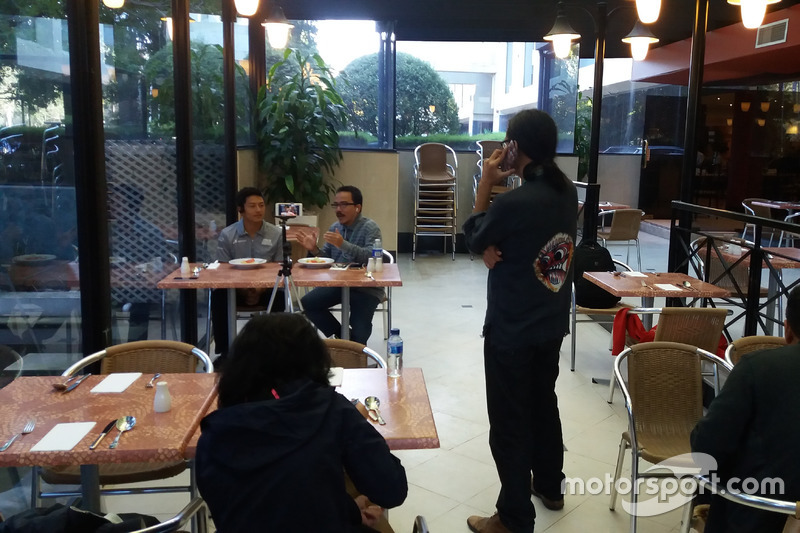 Rio Haryanto sedang diwawancarai secara langsung untuk TV di Indonesia
