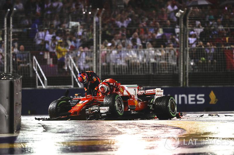 Kimi Raikkonen, Ferrari SF70H, Max Verstappen, Red Bull Racing RB13, stappen uit