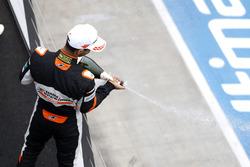 Podium des rookies : le vainqueur Jehan Daruvala, Carlin, Dallara F317 - Volkswagen