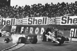 Accident entre Clay Regazzoni, Ferrari 312T2, et James Hunt, McLaren M23