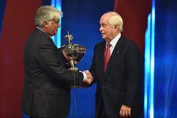 Roger Penske recibe el trofeo del campeón de IndyCar CEO Mark Miles