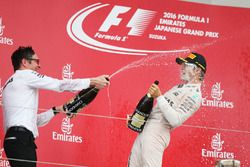 Podio: il vincitore Nico Rosberg, Mercedes AMG F1 e Andrew Shovlin, Mercedes AMG F1 Engineer