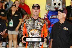 Ganador de la pole Kevin Harvick, Stewart-Haas Racing Chevrolet