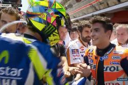 Валентино Россі Yamaha Factory Racing, потискає руку Марку Маркесу, Repsol Honda Team