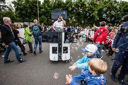 DJ mit Seifenblasenmaschine