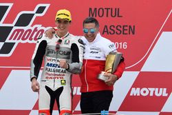 Podium: Sieger Francesco Bagnaia, Aspar Team Mahindra mit Jorge Martínez