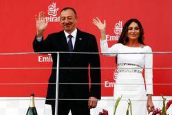 Ilham Aliyev, Präsident von Aserbaidschan, mit seiner Frau Mehriban Aliyeva, auf dem Podium