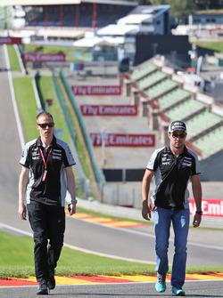 Sergio Pérez, Sahara Force India F1 camina por el circuito con Will Hings, Sahara Force India F1 enc