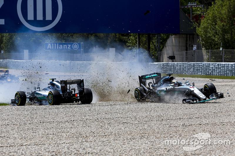 2016: Rosberg y Hamilton colisionan