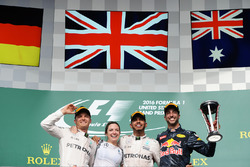 Het podium (L naar R): Nico Rosberg, Mercedes AMG F1, tweede; Victoria Vowles, Mercedes AMG F1 Partn