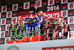 Podium : les vainqueurs Katsuyuki Nakasuga, Pol Espargaro, Alex Lowes (#21 Yamaha Factory Racing Team), les deuxièmes Akira Yanagawa, Kazuki Watanabe, Leon Haslam (#87 Team Green), les troisièmes Takuya Tsuda, Joshua Brookes (#12 Yoshimura Suzuki)