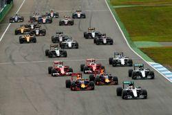 Lewis Hamilton, Mercedes AMG F1 W07 Hybrid mène au départ