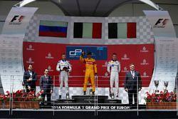 Podio: ganador de la carrera Antonio Giovinazzi, PREMA Racing, segundo lugar Sergey Sirotkin, ART Gr