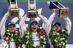LMP1 podium: ganadores #2 Porsche Team Porsche 919 Hybrid: Romain Dumas, Neel Jani, Marc Lieb