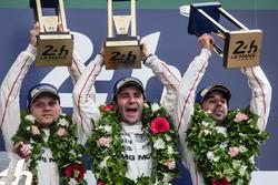 Подіум LMP1 : Переможці #2 Porsche Team Porsche 919 Hybrid: Ромен Дюма, Ніл Яні, Марк Ліб