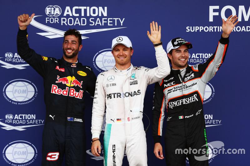 Los tres primeros clasificados en parc ferme: Daniel Ricciardo, Red Bull Racing RB12, tercero; Nico