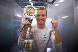 Winner Nico Rosberg, Mercedes AMG F1 Team with the trophy