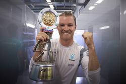 Le vainqueur Nico Rosberg, Mercedes AMG F1 Team avec le trophée