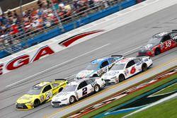 Brad Keselowski, Team Penske Ford, und Matt Kenseth, Joe Gibbs Racing Toyota