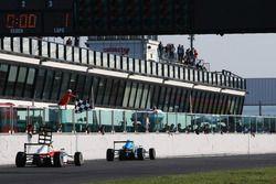 Marcos Siebert, Jenzer Motorsport prende la bandiera a scacchi