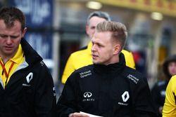 Кевин Магнуссен, Renault Sport F1 Team изучает трассу с командой